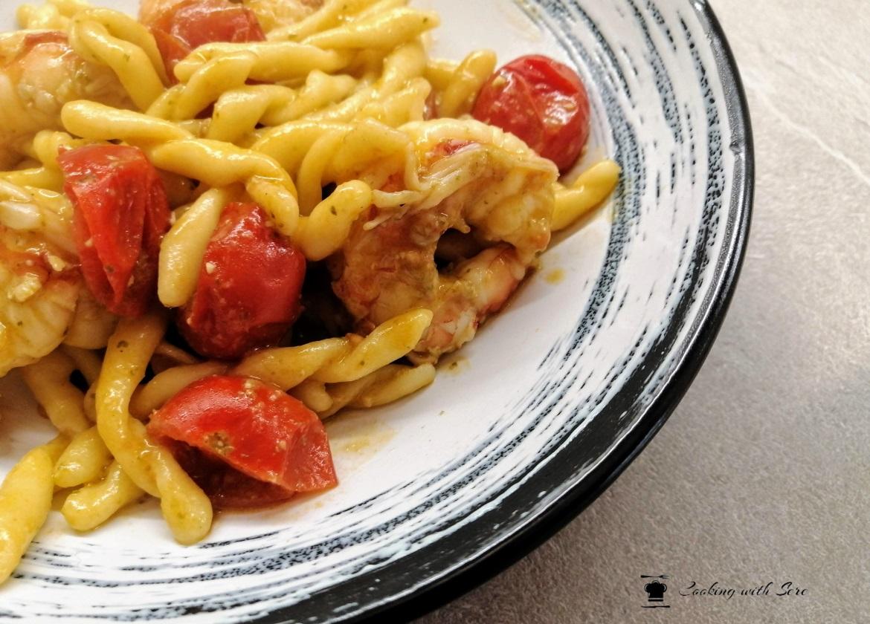 pasta con pesto e gamberetti