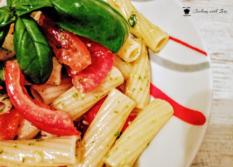 Pasta fredda con pesto di rucola mozzarella e pomodoro