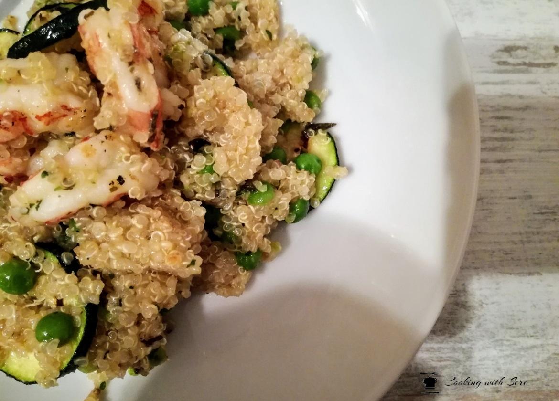 insalata di quinoa con zucchine e gamberi