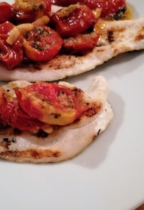 petti di pollo alla griglia con pomodori confit