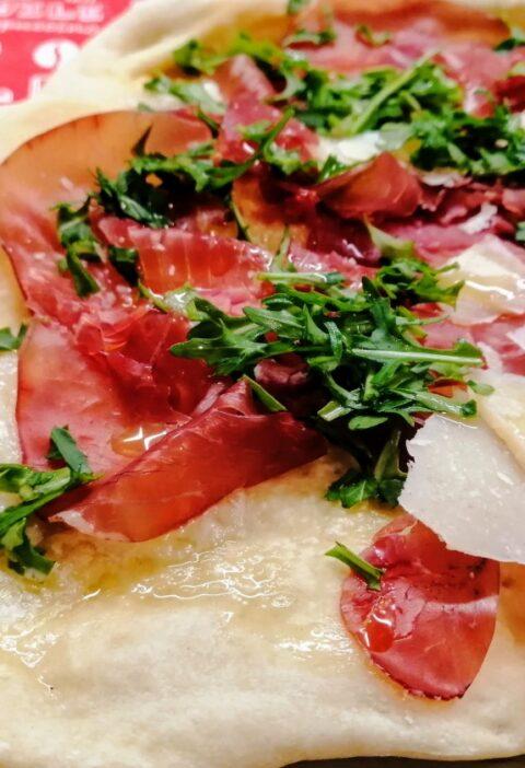 pizza con bresaola rucola e grana