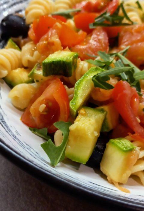 pasta fredda con salmone e zucchine